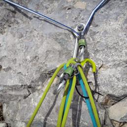 Karabinerhaken und Seile